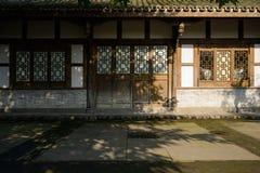 Oud Chinees traditioneel blokhuis bij zonnige de wintermiddag Stock Foto