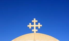 Oud Christelijk kruis tegen de blauwe hemel. Stock Afbeeldingen