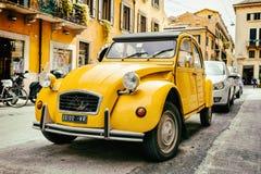 Oud Citroën 2CV parkeerde op de straat van Verona Stock Foto's