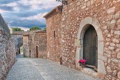 Oud cobbled straat, Collbato, Spanje Stock Afbeeldingen