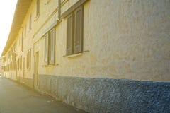 Oud cobbled straat in Italië met zonnestraal royalty-vrije stock foto's