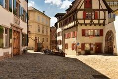 Oud cobblestoned straat in het historische centrum van Bazel, Zwitserland royalty-vrije stock afbeelding
