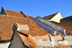Oud dak dat met tegels wordt gemaakt Stock Foto's