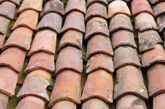 Oud dak met kleurrijke keramische tegels Royalty-vrije Stock Afbeelding