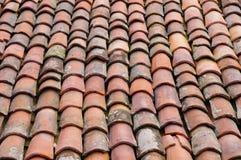 Oud dak met kleurrijke keramische tegels Stock Foto