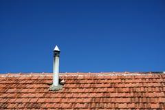 Oud dak met schoorsteen stock afbeelding