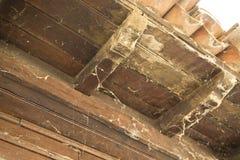 Oud dak van een openlucht houten galerij Stock Foto