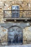 Oud de bouw voor tonend garage en venster boven balkon Royalty-vrije Stock Foto