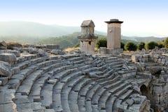 Oud de stadsamfitheater van Turkije Patara en rots-c Stock Foto's
