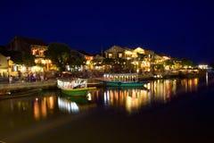 Oud de stadshoogtepunt van Hoi An van lantaarns en boten op de rivier Thu Bon Royalty-vrije Stock Fotografie