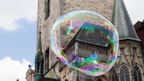 Oud de stadsvierkant van Praag in een reusachtige zeepbel royalty-vrije stock foto