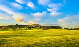 Oud de steendorp van Casalemarittimo op de gebieden van Maremma en van de tarwe stock foto