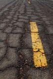 Oud de weg gebarsten patroon van het Asfalt Stock Afbeeldingen