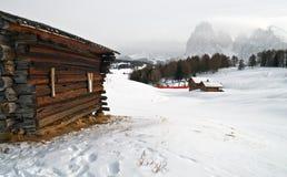Oud de winterplattelandshuisje royalty-vrije stock afbeeldingen