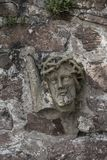 oud deel van het standbeeldmetselwerk van Christus in steenmuur Stock Fotografie