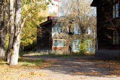 Oud die blokhuis door zonlicht, het oude kwart in Rusland wordt aangestoken stock afbeeldingen