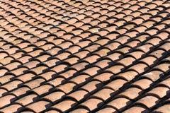 Oud die dak met rode kleitegels wordt weergalmd Royalty-vrije Stock Foto's