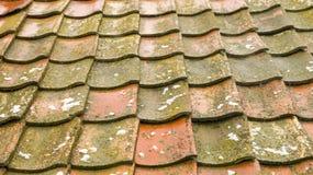 Oud die dak van dakspanen wordt gemaakt stock fotografie
