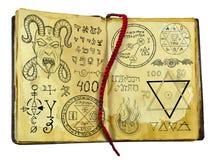 Oud die heksenboek met demon, fantasie en mysticussymbolen op wit worden geïsoleerd royalty-vrije illustratie