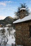 Oud die huis in bergen met sneeuw worden behandeld Stock Afbeeldingen