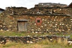 Oud die Huis van de 18de Eeuw praktisch in Becerril wordt vernietigd De Reis van de gebouwenarchitectuur stock afbeeldingen