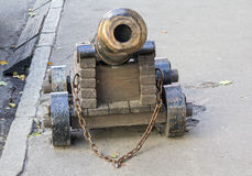 Oud die kanon aan de bestrating wordt vastgenageld royalty-vrije stock afbeelding