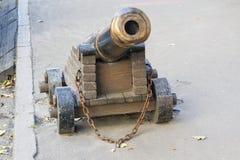 Oud die kanon aan de bestrating wordt vastgenageld royalty-vrije stock afbeeldingen