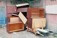 Oud die meubilair in het afval wordt geworpen stock afbeelding