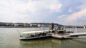 Oud die schip bij de bank van de Rivier van Donau wordt verankerd royalty-vrije stock foto's