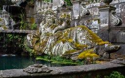 Oud die standbeeld met mos wordt behandeld royalty-vrije stock afbeelding