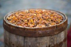 Oud die vat met amber wordt gevuld royalty-vrije stock afbeelding