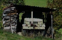 Oud die vrachtwagenwrak onder het dak wordt verlaten stock afbeeldingen