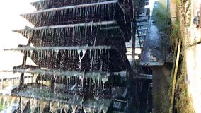 Oud die waterwiel van metaal en hout wordt gemaakt stock footage