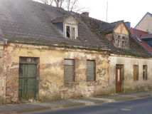 Oud dilapidated baksteenhuis op een straat royalty-vrije stock foto's