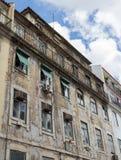Oud dilapidated huis tegen de hemel en wolken op de straat van Lissabon, Portugal stock fotografie