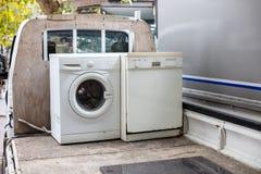 Oud discarted afwasmachine en wasmachine op een voertuigvrachtwagen royalty-vrije stock afbeelding