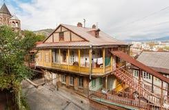 Oud district van Georgisch kapitaal met blokhuizen en smalle straten Stock Afbeeldingen