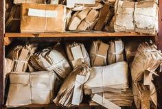 Oud Document Afval Wijnoogst die Verslagen in Hopen bijhouden stock foto
