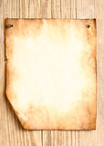 Oud document in bijlage aan houten muur Royalty-vrije Stock Afbeelding