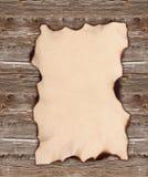 Oud document dat aan een houten omheining wordt genageld Stock Foto