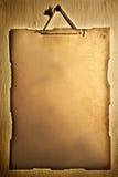 Oud document dat op een muur wordt gehangen stock afbeeldingen