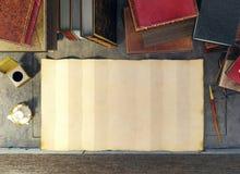Oud document en oude boeken op studielijst in middeleeuwse scène Royalty-vrije Stock Foto