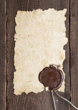 Oud document met een wasverbinding op bruine houten textuur Royalty-vrije Stock Foto's