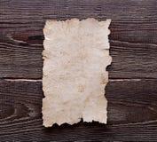 Oud document op bruine houten textuur Royalty-vrije Stock Foto