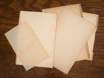 Oud document op houten achtergrond Royalty-vrije Stock Foto's