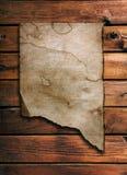 Oud document op houten muur Royalty-vrije Stock Afbeeldingen