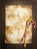 Oud document op witte achtergrond met Kerstmissnoepjes Stock Foto's