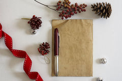 Oud document, rode lint en Kerstmissnuisterijen Royalty-vrije Stock Afbeelding