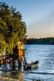 Oud dok en de boot op het meer Rustiek landschap met houten Stock Fotografie