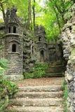 oud donker kasteel in het groene bos Stock Foto